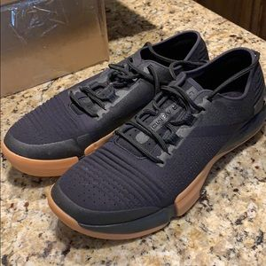 Men's Under Armour Tri-base shoes size 10 LIKE NEW
